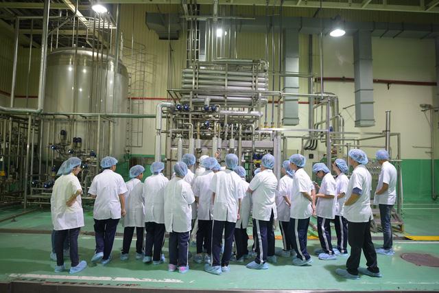 Học sinh phấn khởi khi được khám phá nhà máy chuẩn Nhật ngay tại TP.HCM - Ảnh 1.