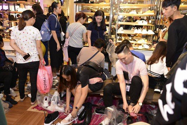 Các trung tâm thương mại lại thất thủ trong mùa săn sale Black Friday 2017  - Ảnh 5.