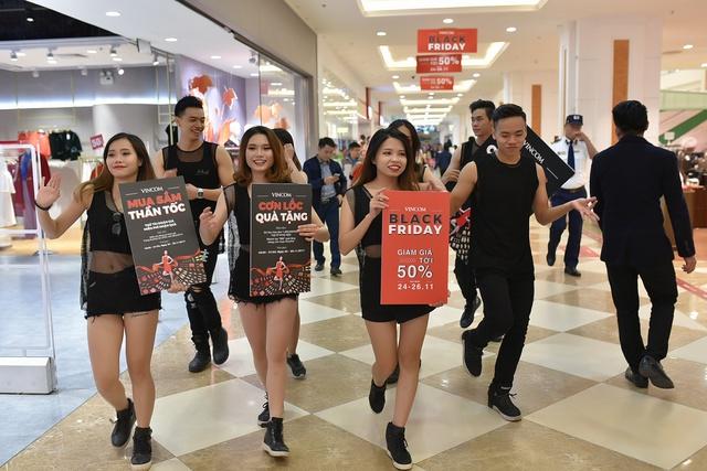 Các trung tâm thương mại lại thất thủ trong mùa săn sale Black Friday 2017  - Ảnh 10.