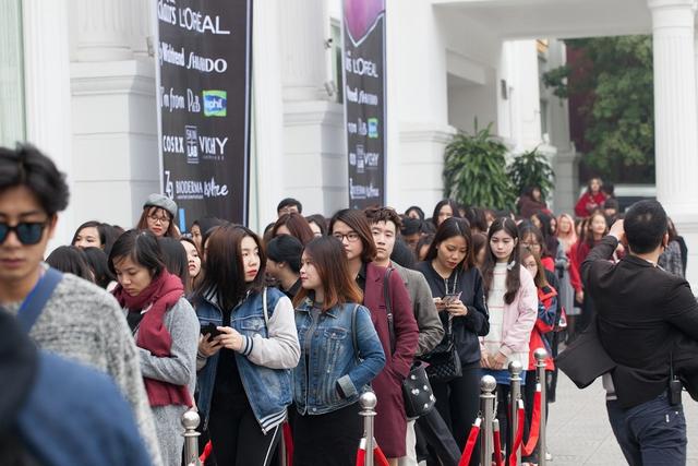 Sơn Tùng khoe loạt đồ hàng hiệu trong sự kiện làm đẹp cả nghìn người tham gia tại Hà Nội - Ảnh 8.