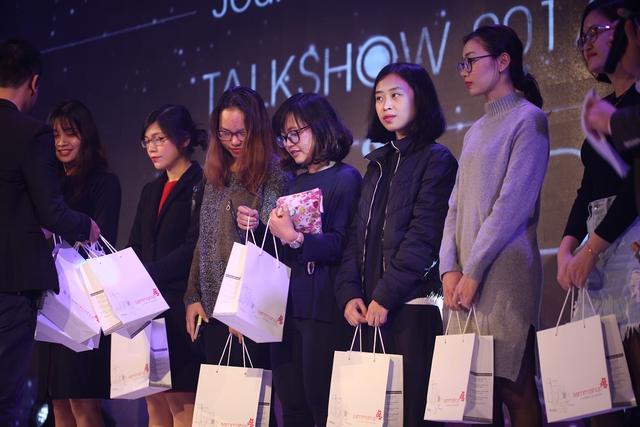 Sơn Tùng khoe loạt đồ hàng hiệu trong sự kiện làm đẹp cả nghìn người tham gia tại Hà Nội - Ảnh 11.