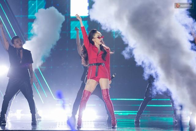 Trong một đêm diễn tại Việt Nam, GOT7, Đông Nhi cùng loạt nghệ sĩ Việt để lại những khoảnh khắc đẹp sâu lắng - Ảnh 15.