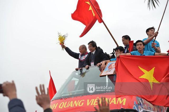 Bạn có tò mò về chiếc xe bus đón các tuyển thủ U23 Việt Nam hôm qua? - Ảnh 7.