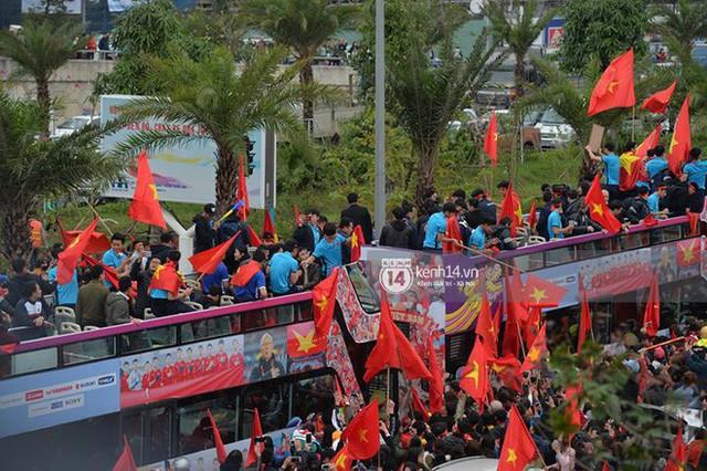 Bạn có tò mò về chiếc xe bus đón các tuyển thủ U23 Việt Nam hôm qua? - Ảnh 9.