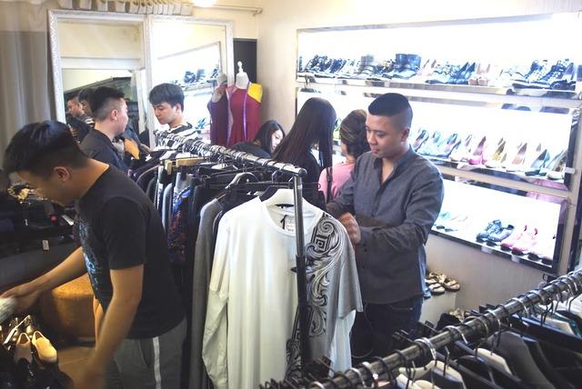 """Dân tình """"phát sốt"""" chen nhau mua hàng hiệu sale cực khủng tại Lý Thường Kiệt – Hà Nội - Ảnh 2."""