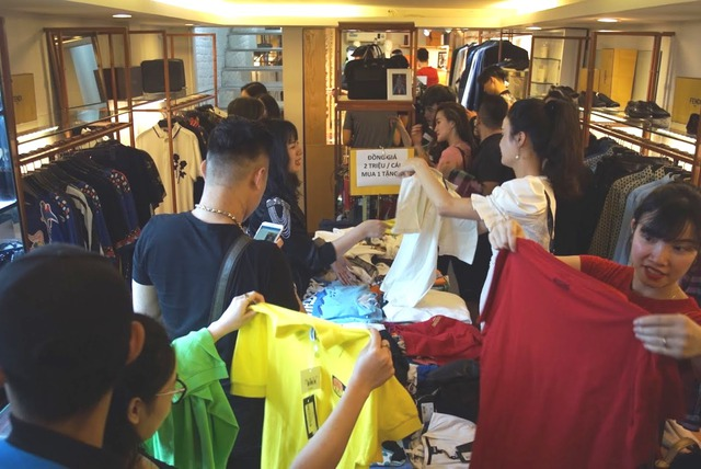 """Dân tình """"phát sốt"""" chen nhau mua hàng hiệu sale cực khủng tại Lý Thường Kiệt – Hà Nội - Ảnh 3."""