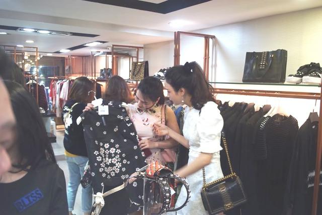 """Dân tình """"phát sốt"""" chen nhau mua hàng hiệu sale cực khủng tại Lý Thường Kiệt – Hà Nội - Ảnh 8."""