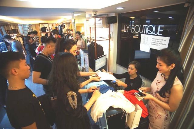 """Dân tình """"phát sốt"""" chen nhau mua hàng hiệu sale cực khủng tại Lý Thường Kiệt – Hà Nội - Ảnh 9."""
