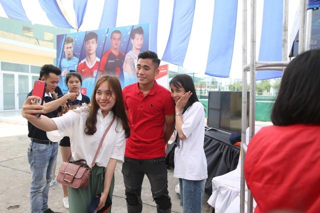 """Bắt gặp Đức Chinh, Tiến Dụng """"hẹn hò"""" đi xem  Futsal tại Đà Nẵng - Ảnh 2."""