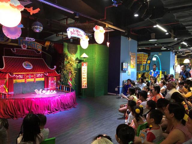 Múa rối nước được dàn dựng và trình diễn công phu tại trung tâm vui chơi thiếu nhi - Ảnh 3.