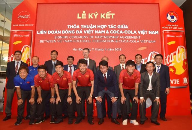 Đón World Cup 2018, Coca-Cola không quên cổ vũ giấc mơ vàng của bóng đá Việt - Ảnh 1.
