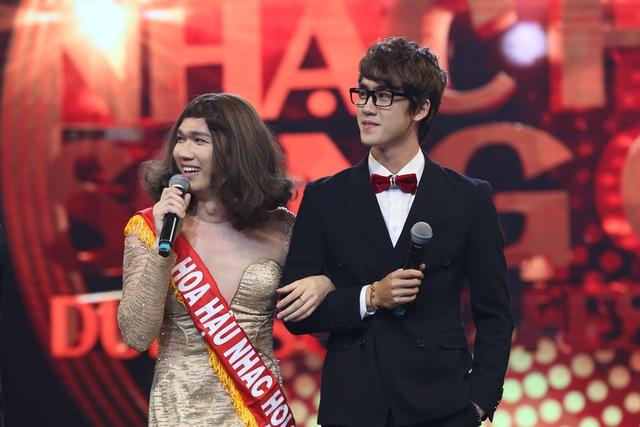 Ca sĩ Minh Xù giả gái, mang hit của Lam Trường chinh phục khán giả - Ảnh 8.