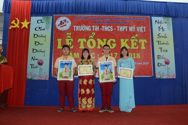 Đức Phúc đóng vai học sinh cá biệt dự lễ tổng kết năm học trường Mỹ Việt - Ảnh 4.