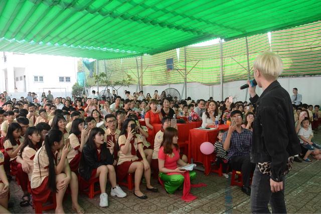Đức Phúc đóng vai học sinh cá biệt dự lễ tổng kết năm học trường Mỹ Việt - Ảnh 5.