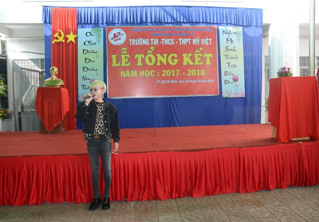 Đức Phúc đóng vai học sinh cá biệt dự lễ tổng kết năm học trường Mỹ Việt - Ảnh 6.